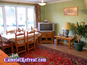 Dining Room – Camelot Retreat - Accommodation in Glastonbury
